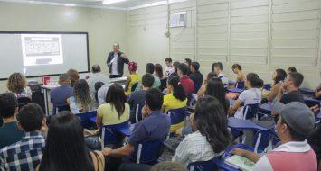Um professor em sala de aula fala com os alunos.