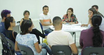 Alunos do movimento estudantil da UEMASUL e professores reunidos em reunião.