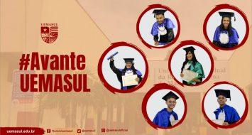 Banner com foto dos seis alunos graduados pela UEMASUL.