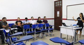 Alunos de Química contemplados pela nova grade assistem à aula.