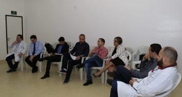 Comissão do curso de Medicina reunida em uma sala discutindo propostas para o melhoramento do curso.