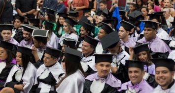 Acadêmicos formandos da UEMASUL acompanham cerimônia.