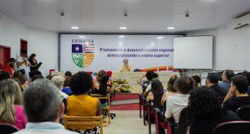 Alunos, visitantes, funcionários e professores reunidos no auditório da UEMASUL, durante a palestra do jornalista Fernando Morais.