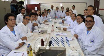 Acadêmicos e professores do curso de química em palestra do I simpósio de química da universidade.