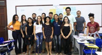 Tutores do Cursinho Popular reunidos em uma sala de aula durante a Formação Pedagógica na UEMASUL.