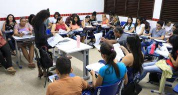 Alunos do Cursinho Popular reunidos em uma sala de aula da UEMASUL.