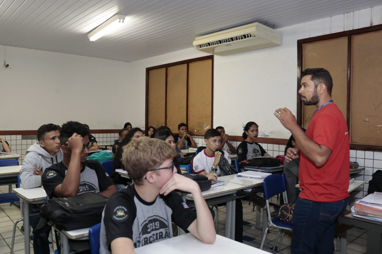 Alunos reunidos na sala de aula prestam atenção nas explicações da equipe de Pró-Reitoria da UEMASUL.