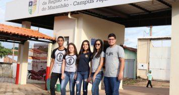 Acadêmicos da UEMASUL na entrada da universidade.
