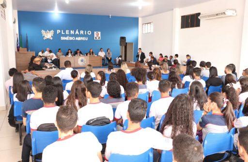 Alunos do ensino médio, vereadores e gestores da UEMASUL reunidos na Câmara de Vereadores da cidade de Estreito.