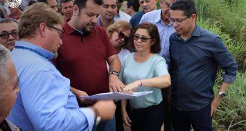 Secretários de Estado de Infraestrutura Clayton Noleto e de Saúde Carlos Lula, acompanhados da Reitora Elizabeth Nunes Fernandes.