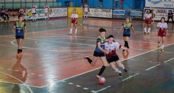 Time feminino de futsal da UEMASUL em partida contra time oponente.