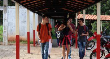Acadêmicos conversando enquanto caminham em um corredor da UEMASUL.