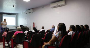 Idosos da Universidade Aberta à Terceira Idade, campus Imperatriz, durante palestra no auditório.