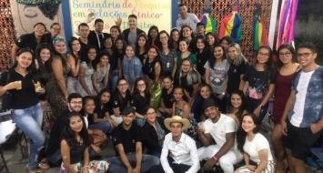 Estudantes do curso de Letras reunidos para foto oficial do Seminário de Pesquisa em Relações Étnico-Raciais e Direitos Humanos.
