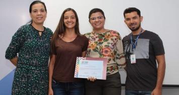 Acadêmica recebe premiação de professores da UEMASUL.