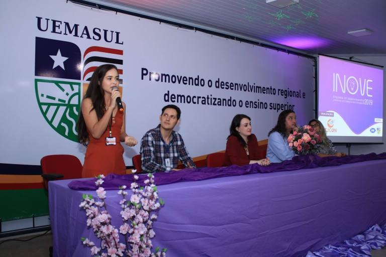 Acadêmica realiza discurso durante cerimônia do INOVE, no auditório da UEMASUL.